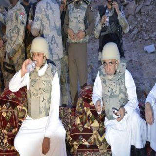 منصور بن مقرن يُشارك المرابطين وجبة الإفطار على الشريط الحدودي