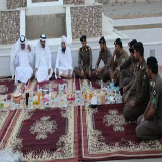 وكيل مُحافظة الحجرة يُشارك رجال الأمن وجبة الإفطار