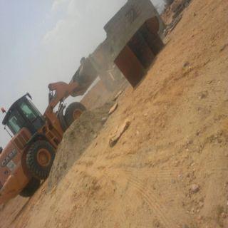 بالصور بلدية بارق تزيل الأحداثات من الأراضي الحكومية بمركز ثلوث المنظر