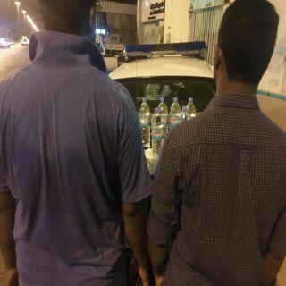 بالصور .. دوريات أمن القصيم توقع بوافدين متهمين بتصنيع وترويج العرق المسكر