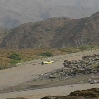مدني عسير ينتشل جثة مواطن جرفته السيول بوادي دفا في تهامة قحطان