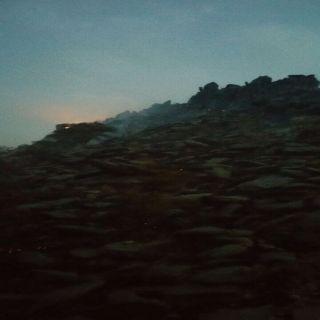 مدني عسير يخمد حريق ارض جبلية شمال غرب أبها