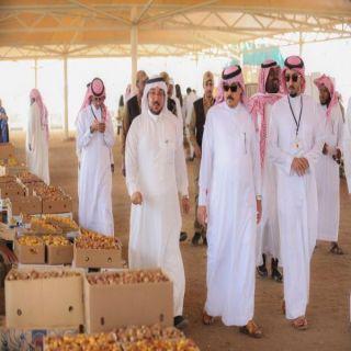 مُحافظ وادي الدواسر يتفقد سوق التمور ويُحث المُزارعين على جودة المنتج
