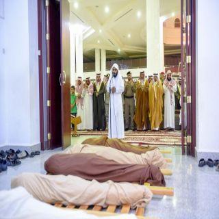 أمير القصيم يؤدي الصلاة على شهداء الواجب عفاس الحربي وسعد الحربي ومرزوق المظيبري