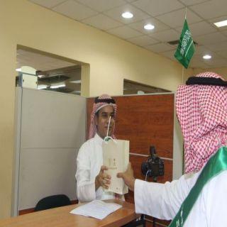 في ذكرى اليوم الوطني الأحوال المدنية في مكة تستقبل المُراجعين بالحلوى والهدايا التذكارية