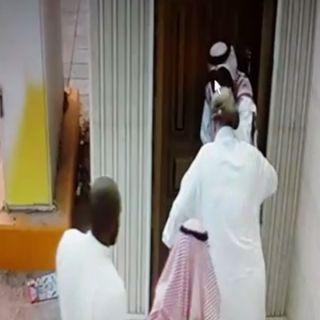 شرطة الرياض توقع بـ 7 جناة اعتادوا سرقة كبار السن ظهروا في مقاطع فيديو