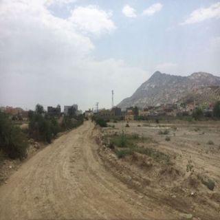 الطريق إلى مجمع مدارس بنات ثلوث المنظر بين وعود البلدية ومُناشدات الأهالي