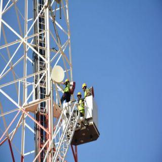 مدني #تبوك ينقذ عامل آسيوي علق في علو برج أتصالات