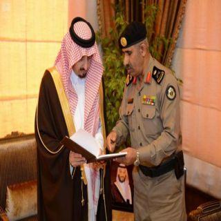 اللواء القرزعي يُسلم أمير عسير التقرير الإحصائي السنوي لشرطة المنطقة