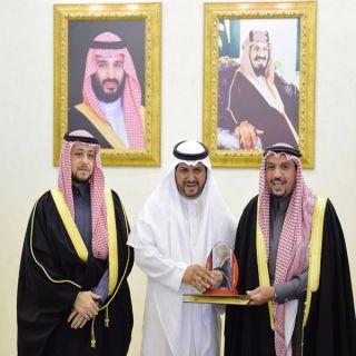 """أمير القصيم يُكرم الموظف  """"الفهيد""""بجائزة الموظف المثالي"""