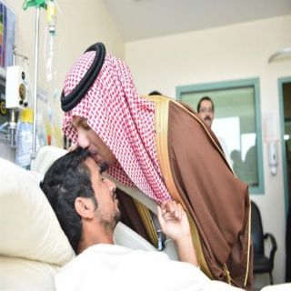 وزير #الحرس_الوطني يطبع قبلة على جبين أحد مُصابي الوزارة في #الحد_الجنوبي
