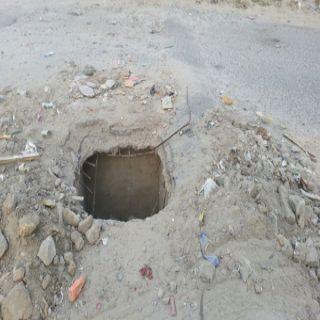"""اهمال مقاول يترك حفريات مكشوفة وسط الطريق بقرى """"الغيناء"""" في ثلوث المنظر"""