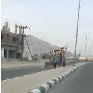 ضمن مُعالجة التشوه البصري بلدية #بارق تعمل على تنظيف طريق ثلوث المنظر