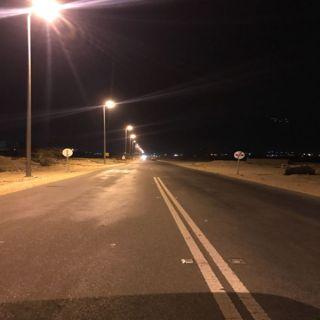 """بلدية #بارق تُطلق التيار لإنارة طريق """"الغيناء"""" و""""البارقي"""" يعد بمشاريع خدمية لثلوث المنظر"""