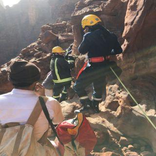 مدني #تبوك يُنقذ مواطن علق في احدى الجبال الوعرة في مركز الديسة