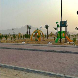 بالصور - بلدية #بارق تركب العاب اطفال بحديقة ثلوث المنظر وحديقة جبال