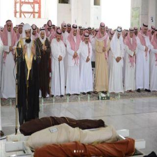 أمير #عسير يؤدي صلاة الميت على أخيه الفقيد الأمير بندر بن خالد رحمه الله