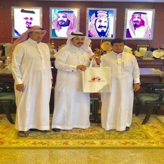 رئيس بلدية #محايل يُكرم سفير الجمعية السعودية للتربيةالخاصة عبدالخالق عسيري