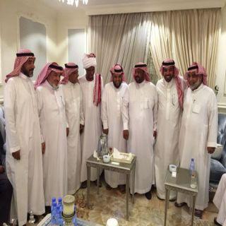 """بالفيديو والصور -البروفوسور""""القرشي """" يلتقي طُلابه بعد 35 عاماً في الرياض"""