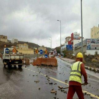 بالصور طرق عسير تواصل اعمال الصيانة وتُزيل اثار الأمطار