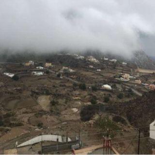 فيديو جريان وادي الغيل والسحاب يُعانق جبل بركوك والأهالي الإنهيارات الصخرية تُزعجنا