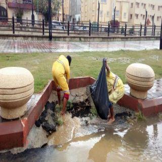 #أمانة_عسير تنزح 612 متر مكعب وتُعيد فتح مجاري تصريف الأمطار