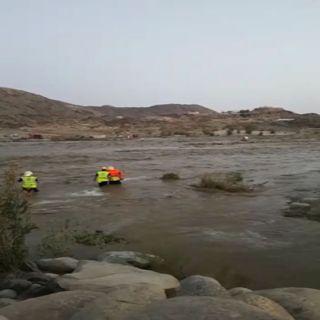 بالفيديو الدفاع المدني ومواطني ثلوث المنظر يُنقذون محتجزي وادي الغيل