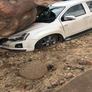 شاهد بالصور العناية الإلهية تُنقذ مواطن وعائلته سقطت على مركبته صخرة بوادي بن هشبل