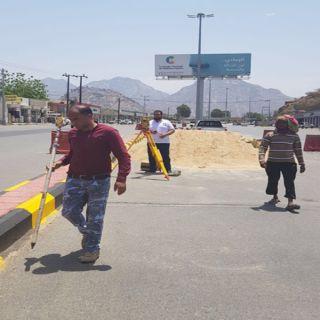 بالصور -بلدية #بارق تعمل على تهيئة تقاطع وسط المُحافظة
