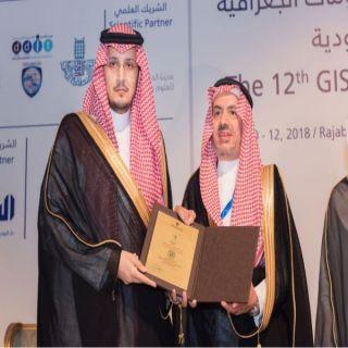 """نائب أمير الشرقية يُكرم """"السعودية للكهرباء"""" لرعايتها مُلتقى نظم المعلومات الجغرافية بالدمام"""