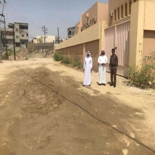 بالصور رئيس مركز ثلوث المنظر يقف على طريق المدارس ويتفقد العمل في حضاري المركز