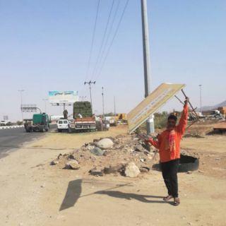 ضمن معالجة التشوه البصري بلدية #بارق تُزيل 25 لوحة دعائية مُخالفة