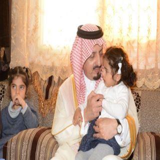 أمير عسير ينقل تعازي القيادة الرشيدة في الشهيدين الشهري والرياعي ويزور المصاب