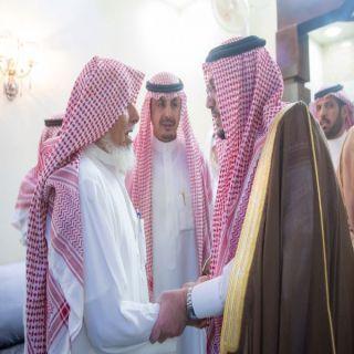 أمير القصيم يقدم واجب العزاء في وفاة والدة مدير تعليم القصيم