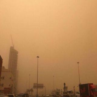 موجة غبار «كثيفة» تجتاح العاصمة الرياض الآن