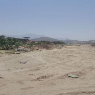 بالصور - وادي الغيناء في #بارق انقاض المباني تغير مجرى الوادي