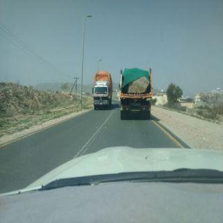 بالفيديو- شاحنات الصخور تهدد حياة عابري طريق ثلوث المنظر #بارق