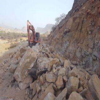 بالصور - بلدية #بارق تواصل أعمال توسعة طريق نصبه بربيعة المقاطرة
