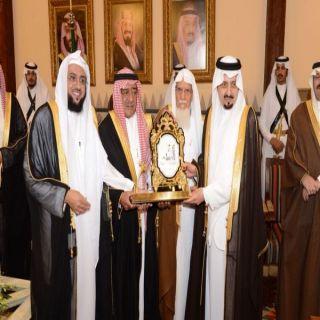 الأمير مقرن بن عبدالعزيز يشرف حفل إمارة منطقة عسير لتكريم الشهداء الذين قضوا في تحطم المروحيه