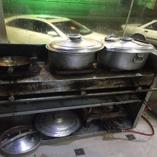 أمانة عسير تغلق مطعما بمدينة أبها بعد رصد مخالفات للشروط الصحية