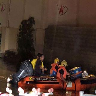 بالصور مدني #خميس_مشيط يُنقذ قائد مربكة أحتجزتها امطار المُحافظة