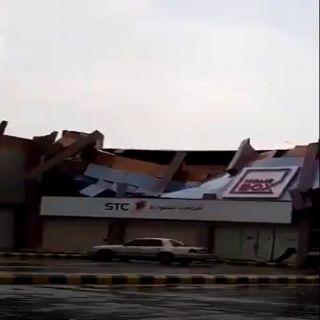 أمطار محايل تُسقط واجهة أحدى المُجمعات التجارية