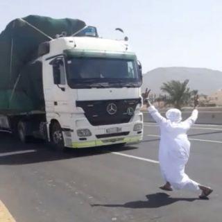 #المرور القبض على مواطن ظهر في مقطع فيديو يعترض شاحة بالمدينة المنورة