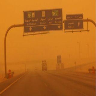 موجة الغبار تصل للقصيم ودوي صوت الرعد يُجلجل في سماء #بريدة