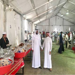رئيس بلدي بارق يُرافقه عضو اللجنة الصحية ببلدي بارق يتفقدان الخيمة الرمضانية