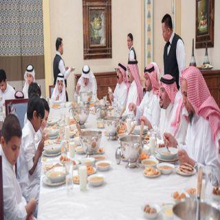"""أمير القصيم يشارك """"الأيتام"""" مأدبة الإفطار بقصره بـ #بريدة"""
