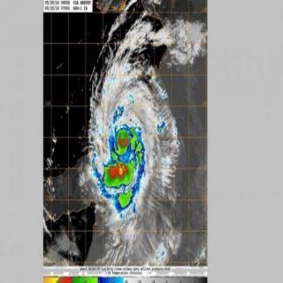 """الأعصار المداري """"مكونو"""" يتحول للدرجة الثالثة وعُمان تُعلق الرحلات في مطار صلالة"""