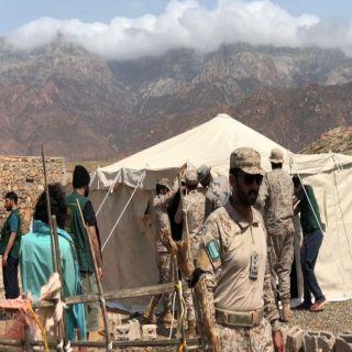 شاهد ابطال القوات السعودية يُقدمون يد العون لسُكان سُقطري المتضرربن