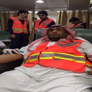 """مُدير هلال القصيم يتقدم المُشاركين في حملة """"تطوع بدمك تنقذ حياة"""""""