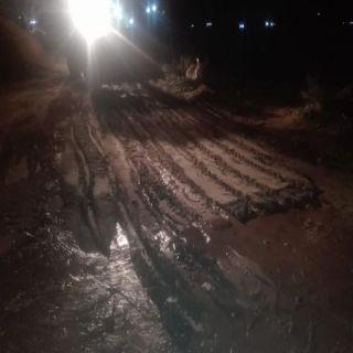 بالصور -بلدية #بارق تُعيد فتح الطرق والممرات التي تأثرت جراء هطول الأمطار
